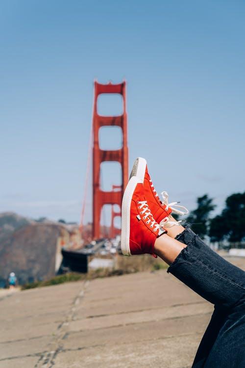 Zoals je misschien wel weet zijn sneakers tegenwoordig echt fashion items en Santoni sneakers zijn daar een perfect voorbeeld van. Deze Italiaanse sneakers worden gemaakt voor echte fijnproevers. De mannen en vrouwen die kiezen om Santoni sneakers te dragen kiezen dan ook voor exclusieve hippe sneakers. Het maken van een paar Santoni sneakers kost 20 dagen en ze worden met de hand gemaakt. Hierbij komt het echte Italiaanse vakmanschap naar boven. Italië staat bekend om de prachtige schoenen die hier gemaakt worden en uiteraard ook het Italiaanse design. In 1975 werd Santoni opgericht door Andrea Santoni. De verschillende modellen sneakers van Santoni Vroeger waren sneakers vooral bedoeld voor de sport, maar tegenwoordig zijn sneakers echte fashion items. Dit zie je ook terug in de collectie sneakers van Santoni. Elk paar is exclusief en er zijn vele verschillende uitvoeringen waar je uit kan kiezen. Wat denk je van sneakers met perforaties, kartelzolen, metallic leer, nubuck en verschillende prints? Voor iedereen is er wel een stijl en passend exemplaar te vinden die past bij je. Het leuke een exclusieve sneakers van een luxe merk zoals Santoni is dat niet iedereen ermee rondloopt en zo weet je zeker dat je een meer unieke keuze maakt dan de meeste mensen voor je outfit.